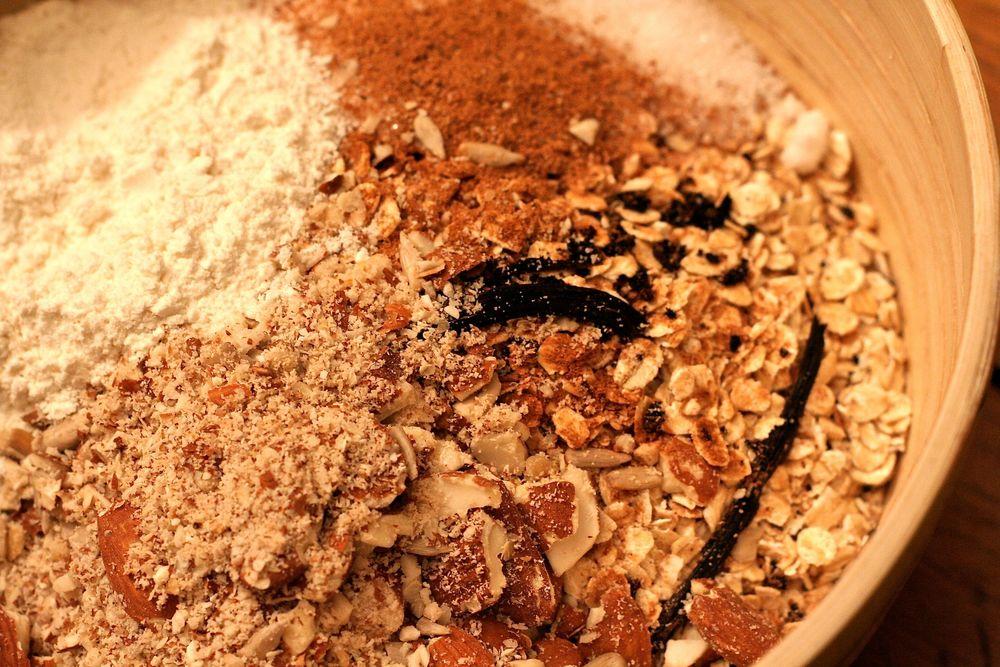 Le granola maison en préparation : les ingrédients secs