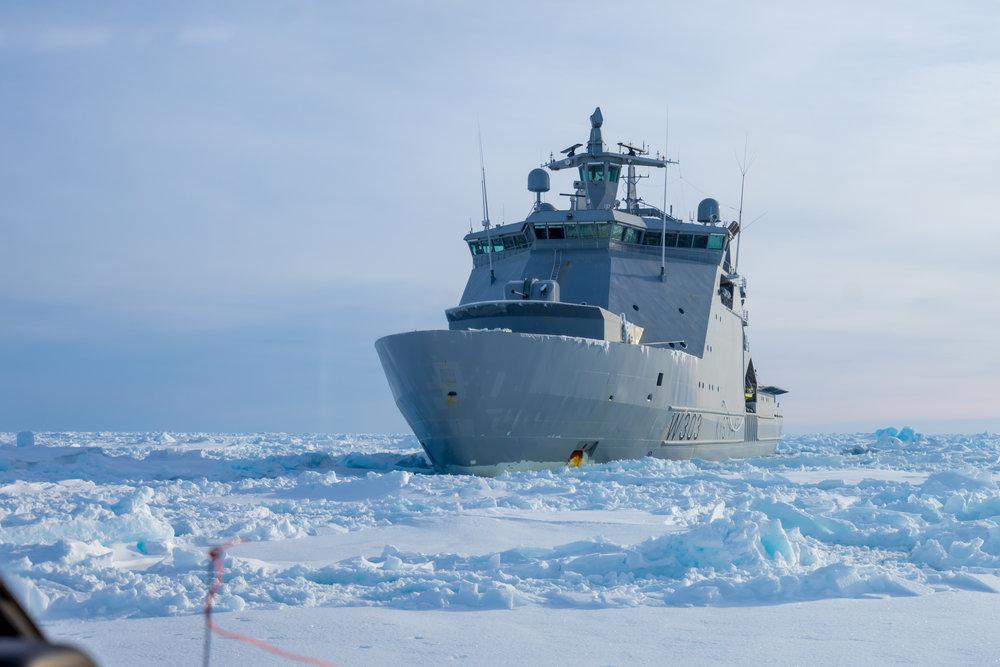 KV Svalbard er konstruert for å bryte seg gjennom isen.