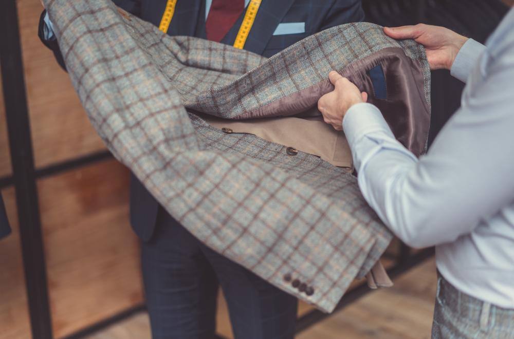 专业量身 - 我们提供专业的上门量身服务, 全部由极富经验的师傅负责, 确保每一套衣服均贴体舒适, 时尚美观。