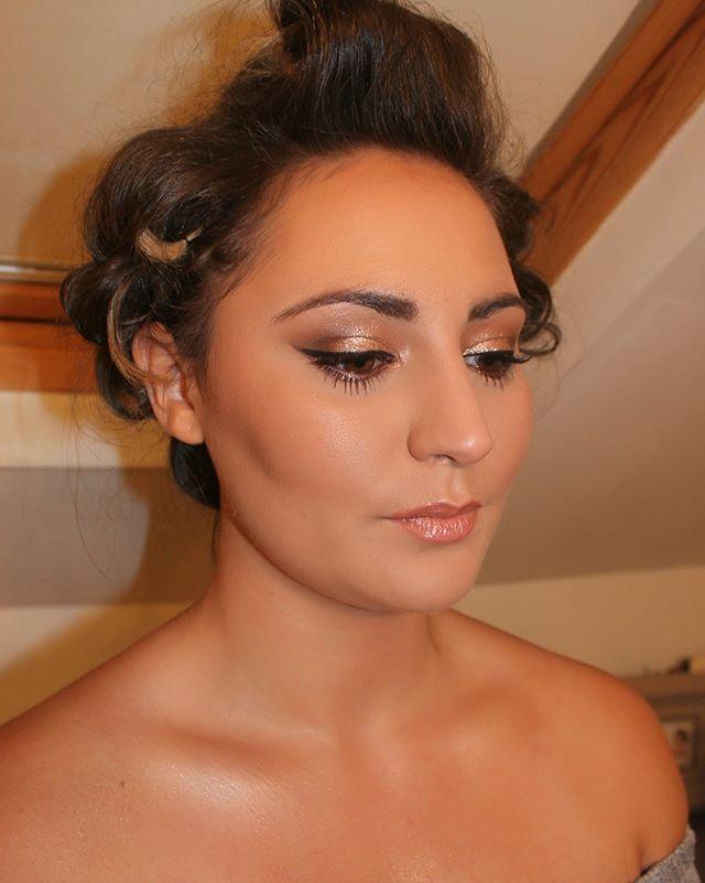 Wow Just beautiful, glowing skin, sparkling eyes, glossy lips 🙌🏻 #perfection #muaessex #makeupartist #glowingskin #christmasmakeup #makeupglow #makeuplove