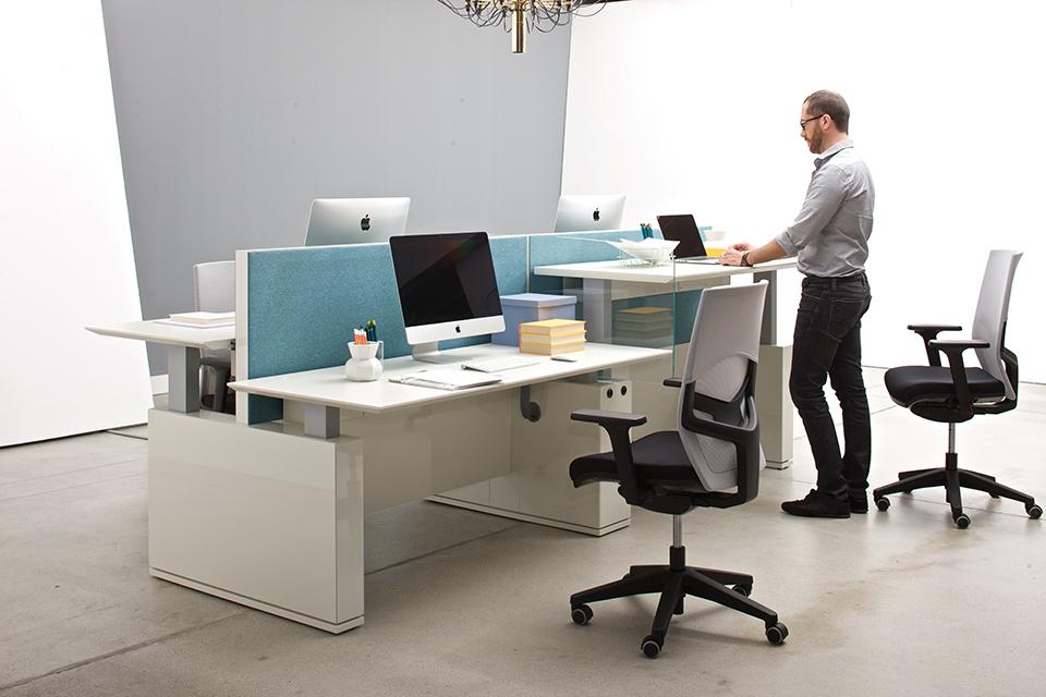 EVO es un sistema de escritorio que responde a las últimas indicaciones ergonómicas: alterna entre las dos postura, de pie y sentado. Ha demostrado ser la mejor solución en el trabajo de oficina para el bienestar.