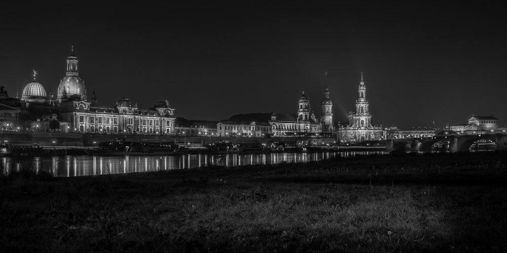 Panoramic view over Dresden at night - Panoramansicht von Dresde