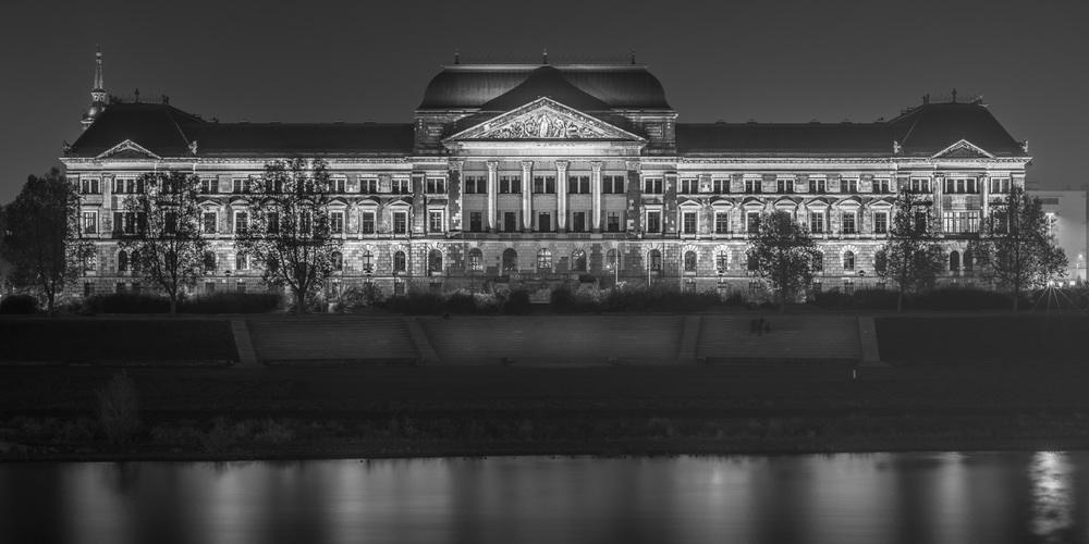 Saxon State Ministry of Finances Dresden at night - Sächsisches Staatsministerium der Finanzen Dresden bei Nacht