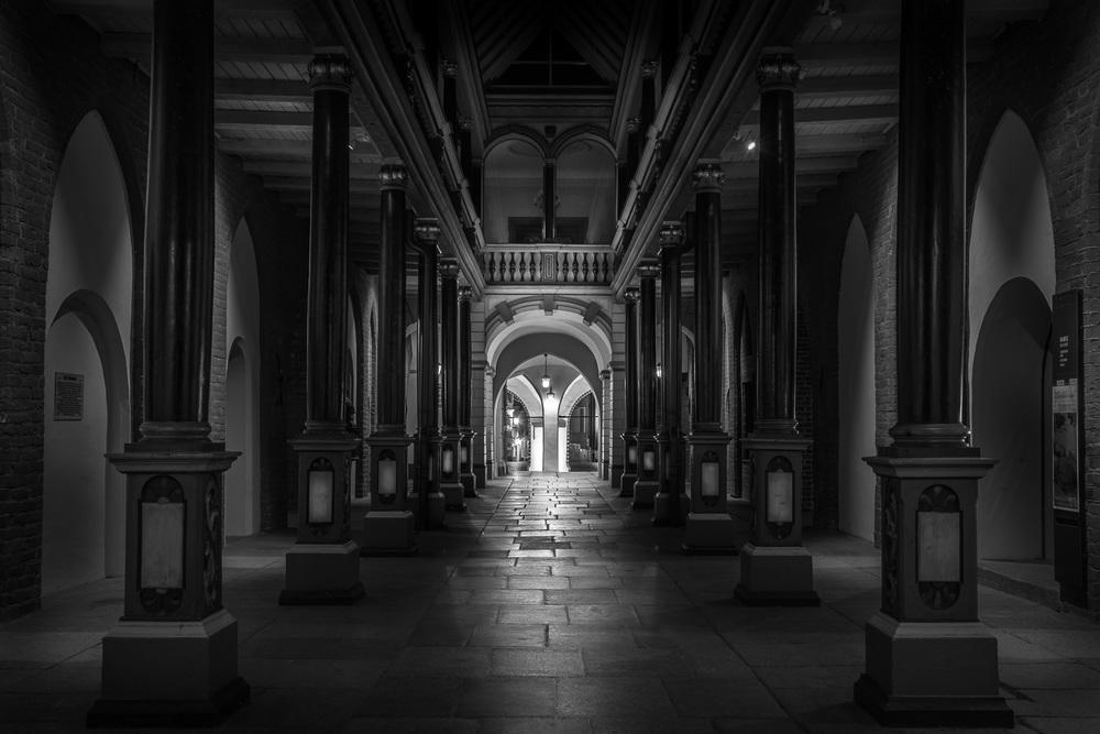 Säulenhalle im Rathaus Stralsund bei Nacht