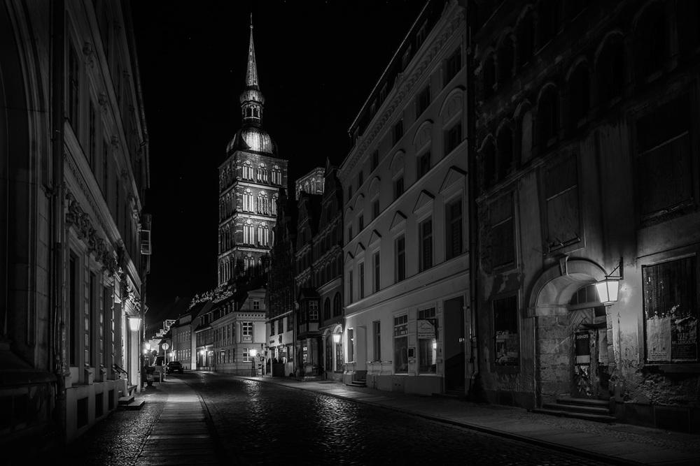 Hansestadt Stralsund bei Nacht - Badenstraße, Nikolaikirche