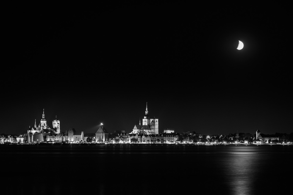 Stadtansicht Stralsund bei Nacht von Altefähr (Rügen) aus gese