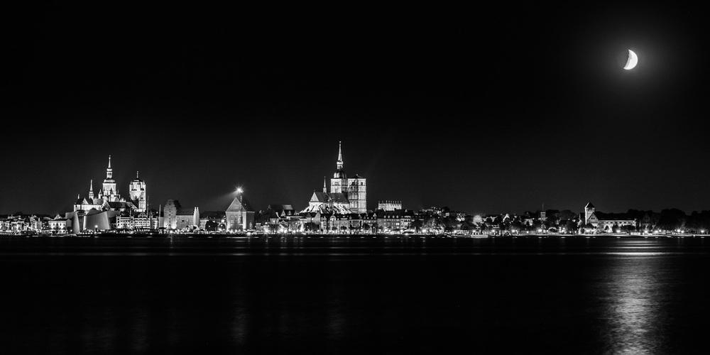 Stadtansicht Stralsund bei Nacht von Altefähr (Rügen) aus gesehen