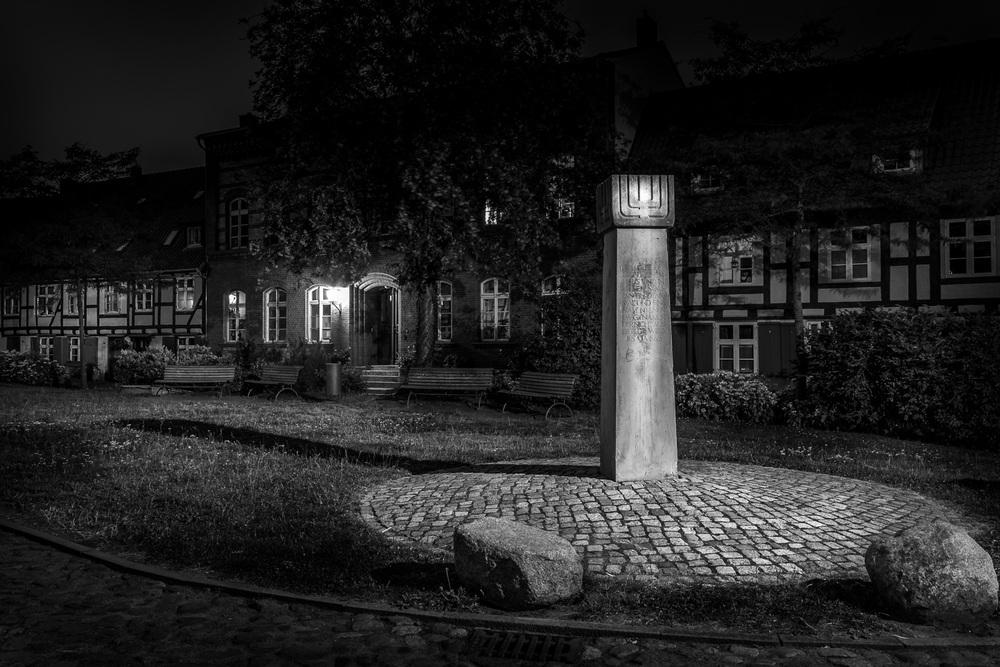 Hansestadt Stralsund bei Nacht - Judenstele Johanniskloster