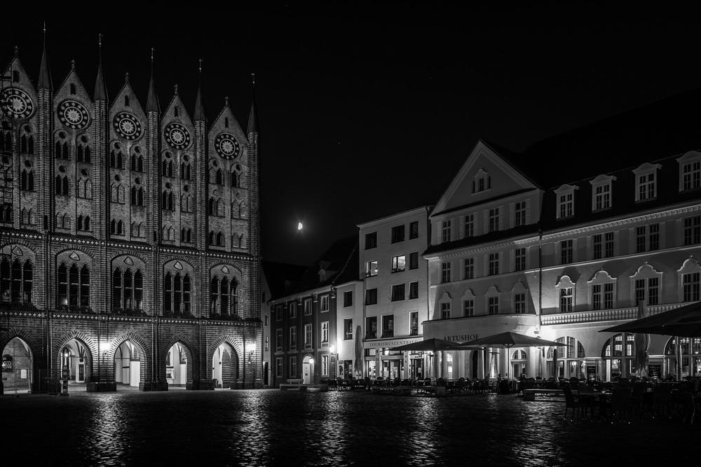 Hansestadt Stralsund bei Nacht - Mond über Alter Markt, Rathaus