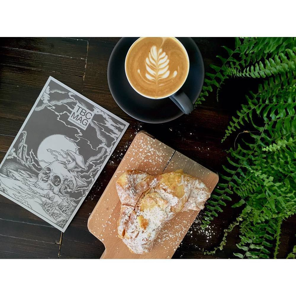 Saturday morning. Our smooth Sunny Boy Original, almond croissants and @tbcmag to read. A big bunch of cronuts, salted caramel cruffins and injectables are also in!