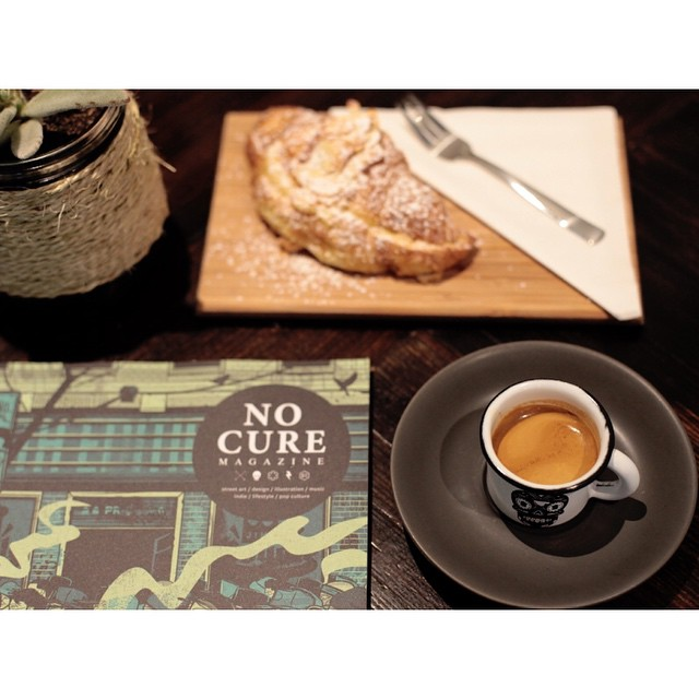 Happy Friday! We have our smooth Sunny Boy Original roasting and grinding until 5pm today. Drop by and feast on an oven fresh almond croissant, cruffin or cronut, and peruse the latest issue of No Cure Magazine. (at Sunshine Sunshine Espresso)