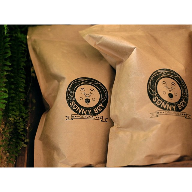 Good morning! We have our super smooth Sunny Boy Original grinding first up. 100% PNG Arabica consisting of Mundo Novo, Bourbon and Aroosha varieties. Available to take home in 250g, 500g and 1kg weights. Ask in store. (at Sunshine Sunshine Espresso)