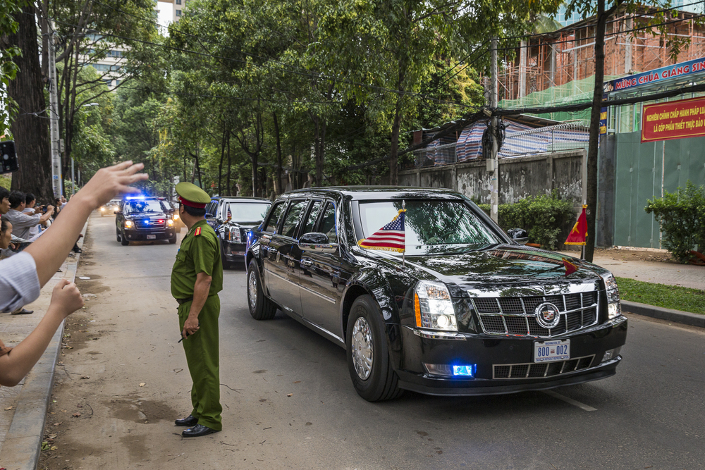 The Presidents motorcade arrives at the DreamPlex Building in Saigon's District 1.