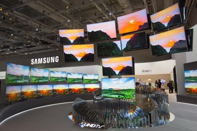 Samsung shows off masses of TVs at tech shows, but few now include 3D features- Reuters
