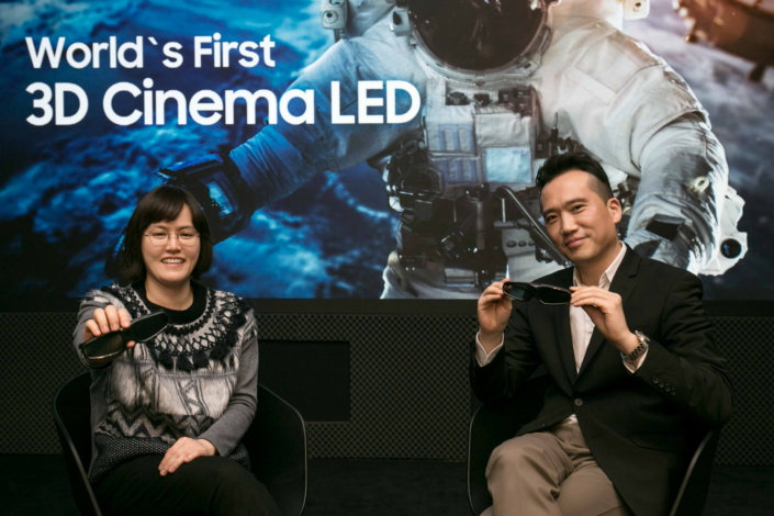 Mr. Koo (right) from Enterprise Product Planning Group and Sandy Kim (left) of Enterprise Marketing Group are introducing the advantages of 3D Cinema LED, which can be enjoyed with the highest picture quality without dizziness.
