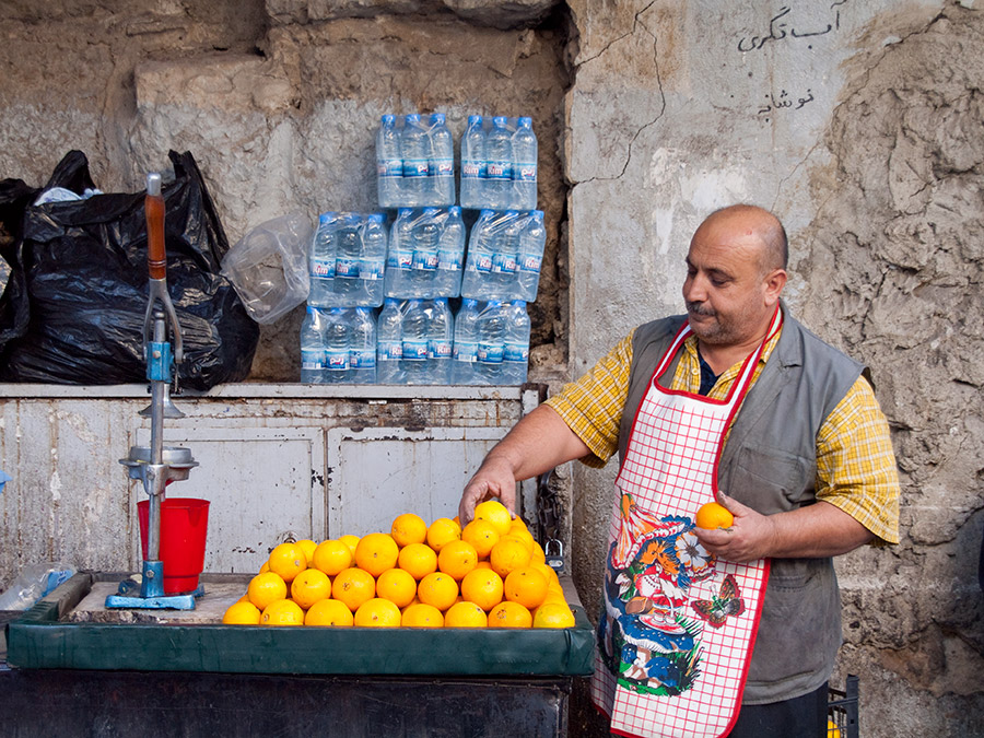 A Syrian street vendor sells orange juice in Damascus. Image source: flickr/zz77
