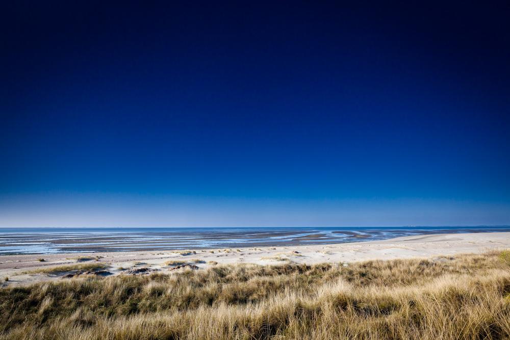 Strahlendblauer Himmel am Strand von Greveling