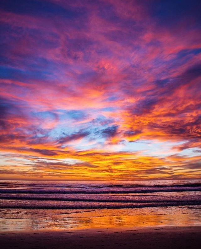 Happy Weekend! Tonight's sunset was the perfect way to kick it off...who else saw it?! ❤️️💙💜💛 Rad shot @anyas_eats ✌🏾 #republicofencinitas #leucadia #encinitas #cardiffbythesea #ilovewherewelive #keepitrad