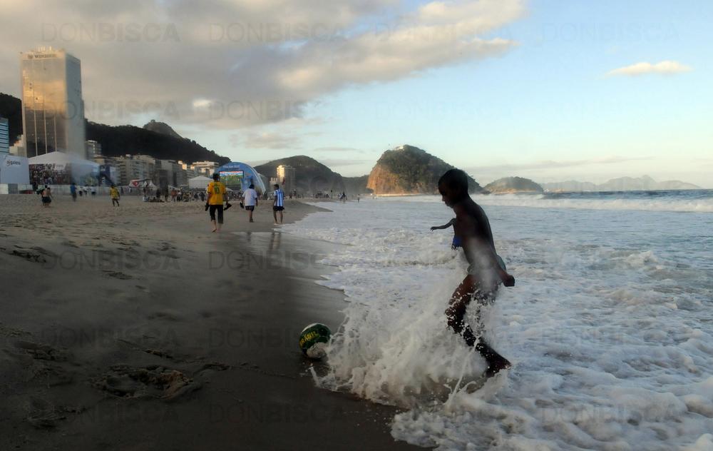 Niños juegan al fútbol en las playas de Copacabana, Río de Janeiro, durante el Mundial Brasil 2014. Foto: Eduardo Biscayart (13-jun-2014)