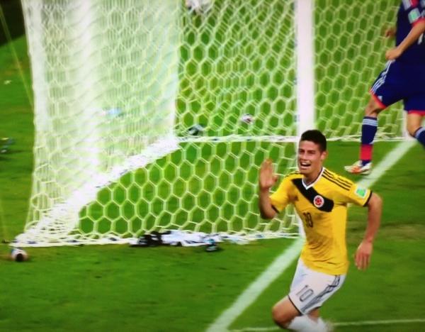 James  Rodríguez    celebra    el    cuarto    gol    de  Colombia,  convertido    por  Rodríguez  ,en  el    partido  ante   Japón    disputado    el  24  de    junio    de  2014 en  Cuiabá  , en la  fase    de    grupos    del    Mundial    Brasil  2014.