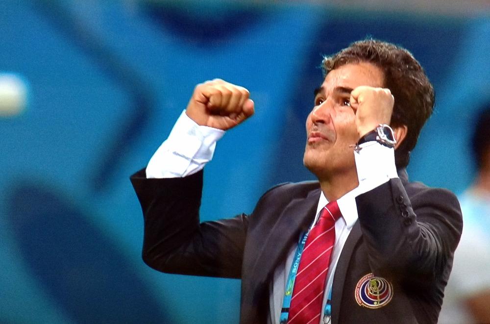 El entrenador de Costa Rica, el colombiano Jorge Luis Pinto, celebra la clasificación del equipo centroamericano a cuartos de final, al cabo de la definición por penales ante Grecia, en Recife, durante el Mundial Brasil 2014. El encuentro disputado el 29 de junio culminó 1-1 tras el tiempo reglamentario y el suplementario.