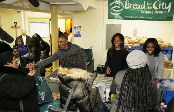 The Obama family serves Thanksgiving dinner at Bread for the City/Photo from The Daily Caller