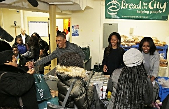 The Obama family serves Thanksgiving dinner at Bread for the City/  Photo from The Daily Caller