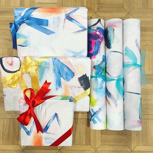 Because the presents should be just as pretty as the tree. 🎄 We're #obsessing over @sarabostfisherart's custom wrapping paper!