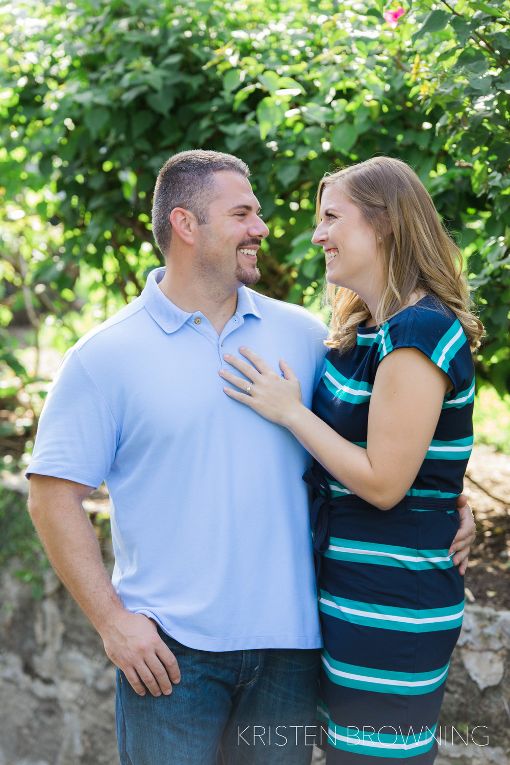jupiter-island-engagement-photo-natural-light-blue-shirt