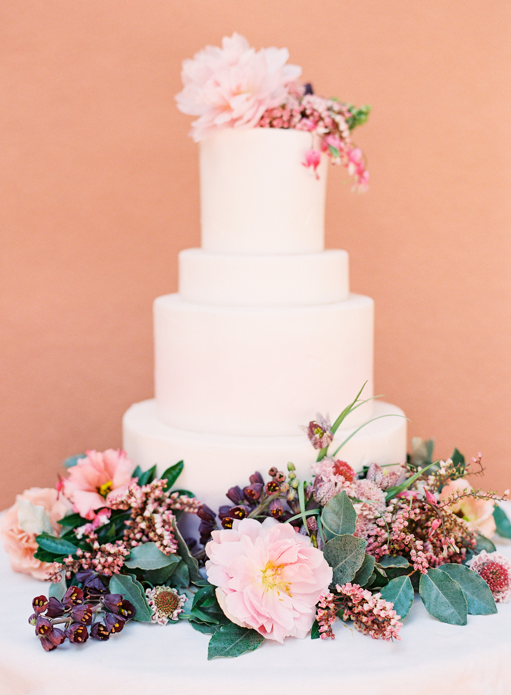 floral wedding cake | terracotta pink wedding inspiration designed by The Wildflowers | follow us on instagram: @ thewildflowers.events