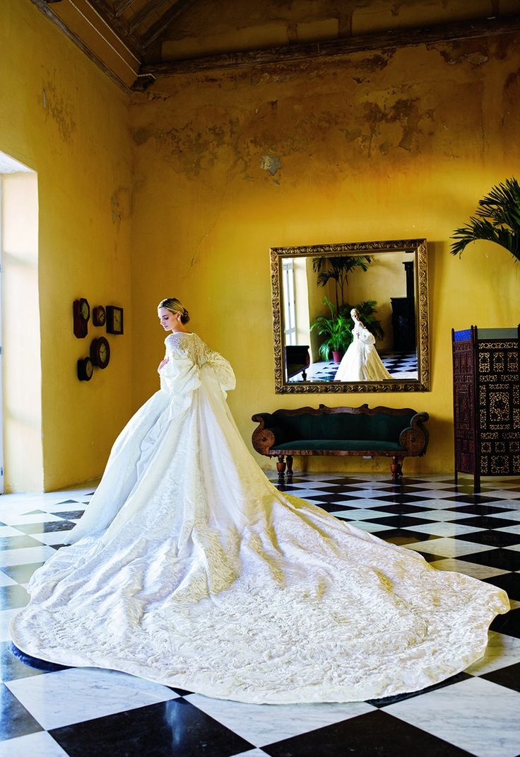 Lauren Santo Domingo at her Cartagena wedding in 2008 | follow us on Instagram @ thewildflowers.events
