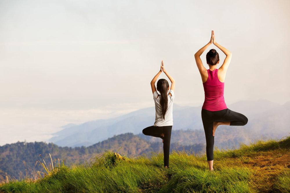 Mor og barn yoga på fjellet.jpg