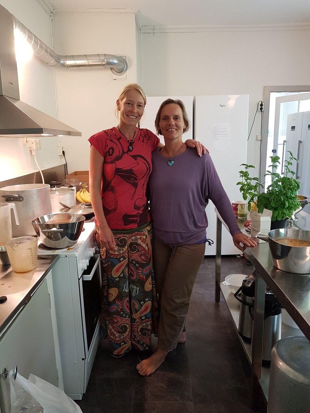 Brigitte og Hedda på kjøkkenet
