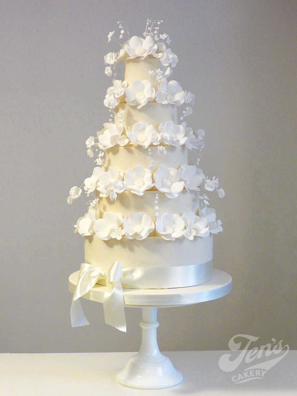 "White 12"" Pedestal Stand  Hire £30  Deposit £90  Looks great with: any cake!"