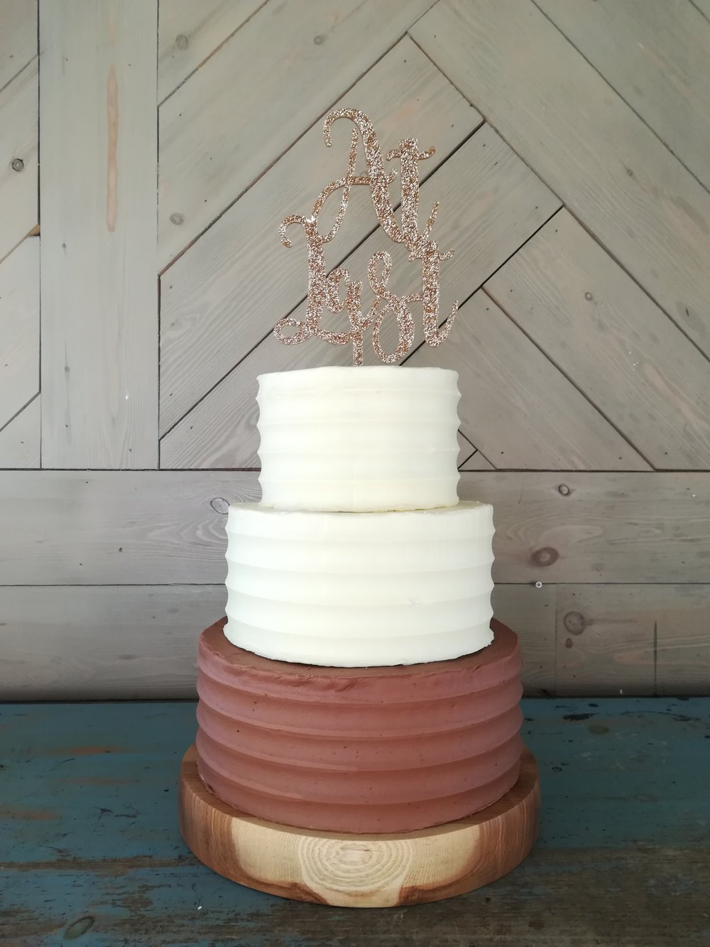 Chocolate buttercream cake, minimal and neat!