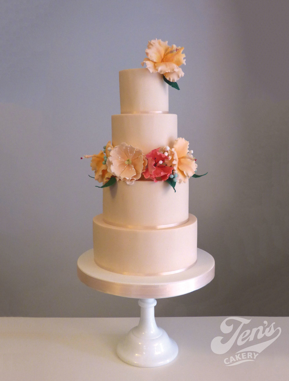 Blush cake with sugar tropical lflowers