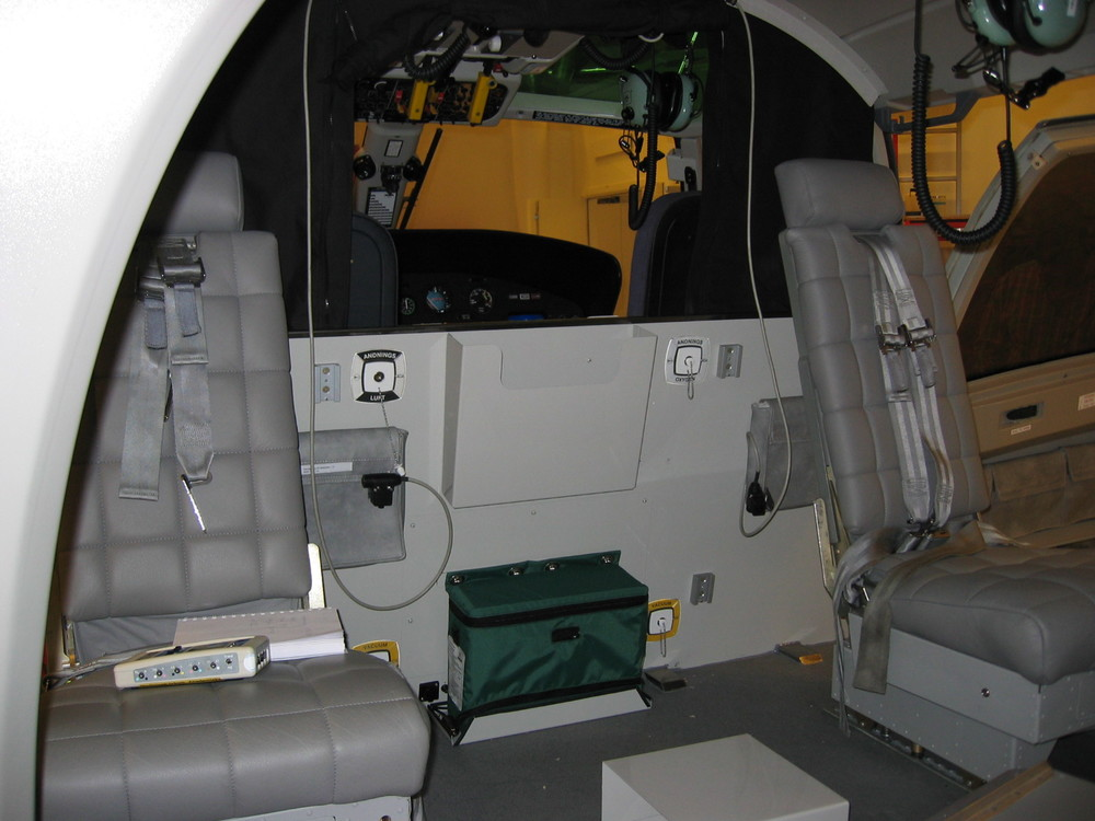 Forward cabin swiveling seats