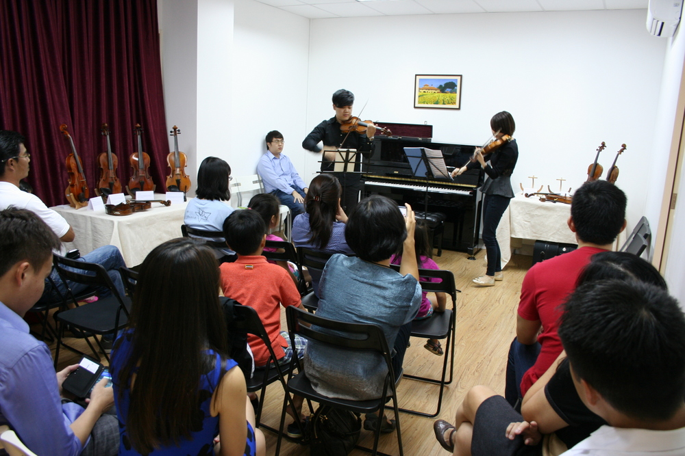 Teacher Tingxi and teacher Jeremiah performing
