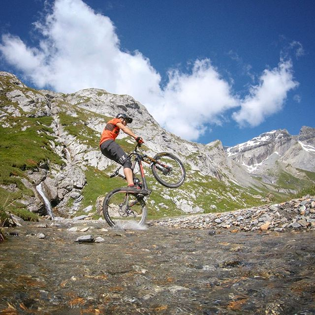 Sometimes the outtake is the better take. 💦 ... Thanks a lot for the tickets @flims_switzerland 👍 ... Article in the works for @ridebikester 👀 ... #mountainbike #freeride #mtb #singletrail #outdoor #goprohero6 #mtbnation #mtblife #enduromtb #plantbasedathlete #MountainBiking #mtblove #instamtb #lifebehindbars #mtbswitzerland #enduro #mountainbikinglife #flowtrail #lifeofadventure #liveoutdoors #makemoments #simplyadventure #bikemagazin #adventuretillwedie #welivetoexplore #neverstopexploring #flims #segnesboden