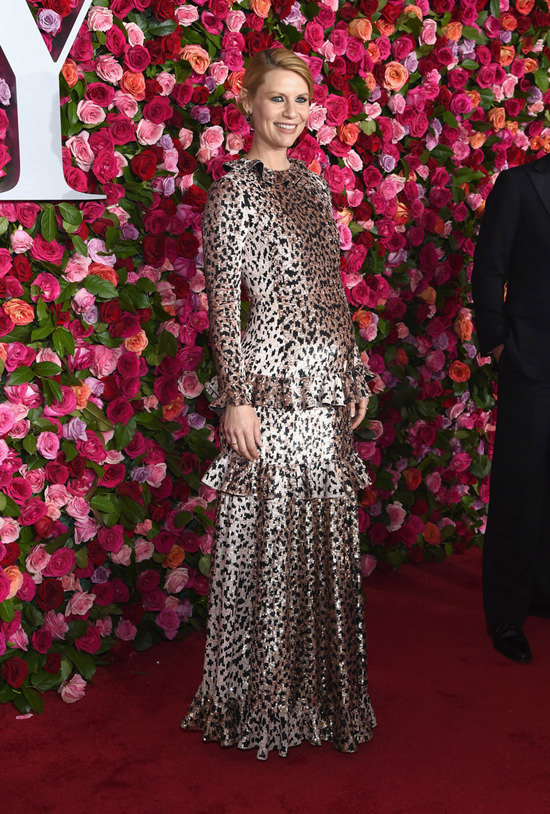 Claire-Danes-Tony-Awards-2018-Red-Carpet-Fashion-Atelier-Versace-Valentino-Site-9.jpg