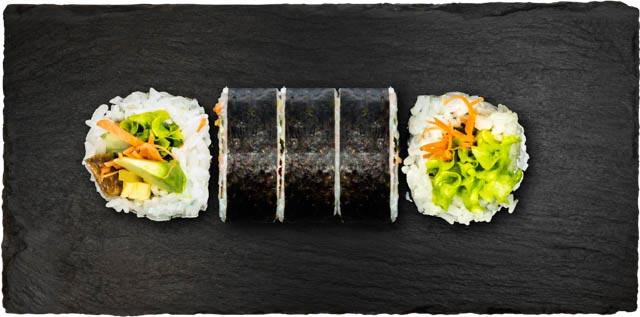 Avocado, agurk, tofu, syltet japansk gulerod, salat, omelet og chilimayo.