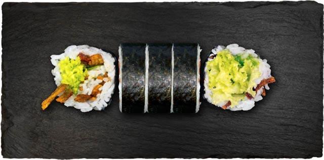 Dybstegt surimi sticks, avocado, salat, forårsløg, rucola og chilimayo.