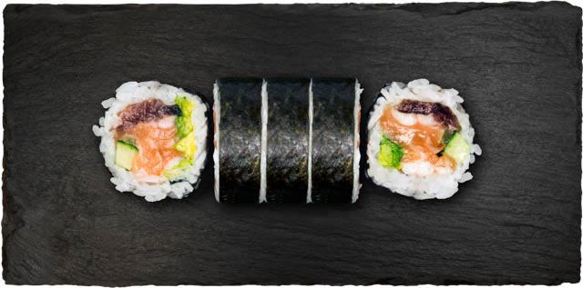 Eksta stor rulle med tun, reje, hvidfisk, laks, avocado, agurk, syltede japansk gulerod.