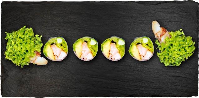 Marineret kylling med salat, avocado og agurk rullet i rispapir.