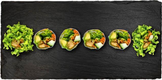 Omelet, tofu, japansk gulerod, salat, avocado, gulerod og agurk rullet i rispapir.
