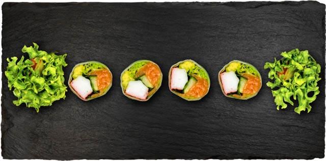 Surimi sticks og laks med salat, avocado, basilikum og agurk rullet i rispapir.