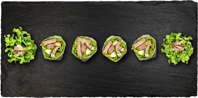 And med salat, avocado og agurk rullet i rispapir.