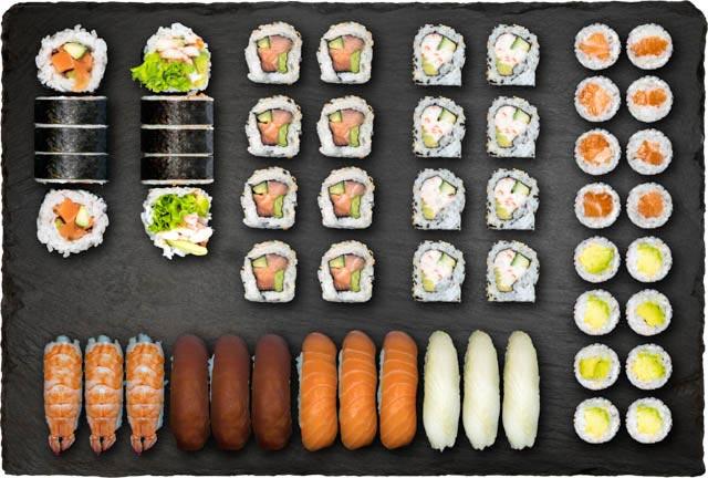3.stk Nigiri m. laks, 3.stk Nigiri m. tun, 3.stk Nigiri m. rejer, 3.stk Nigiri m. hvidfisk, 8.stk Spicy Laks Indside-Out, 8.stk California Indside-Out, 8.stk Avocado Hosomaki, 8.stk Laks Hosomaki, 5.stk Spicy Laks Futomaki og 5.stk Ebi Hot Futomaki.