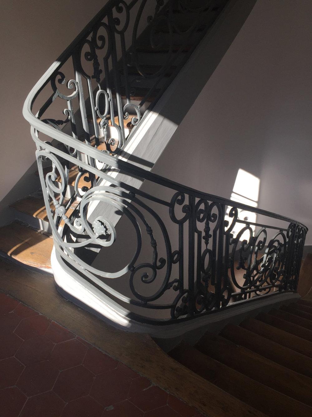 市區通常都是老建築, 沒有電梯, 大部分樓梯很窄!