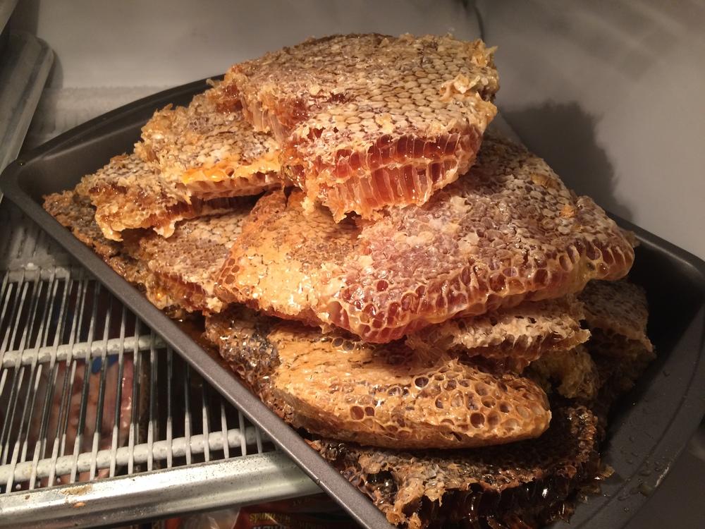 Random size chunk comb honey